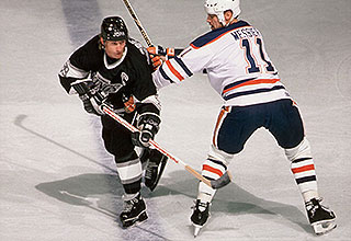 Image of Wayne in action as the captain for the L.A. Kings.